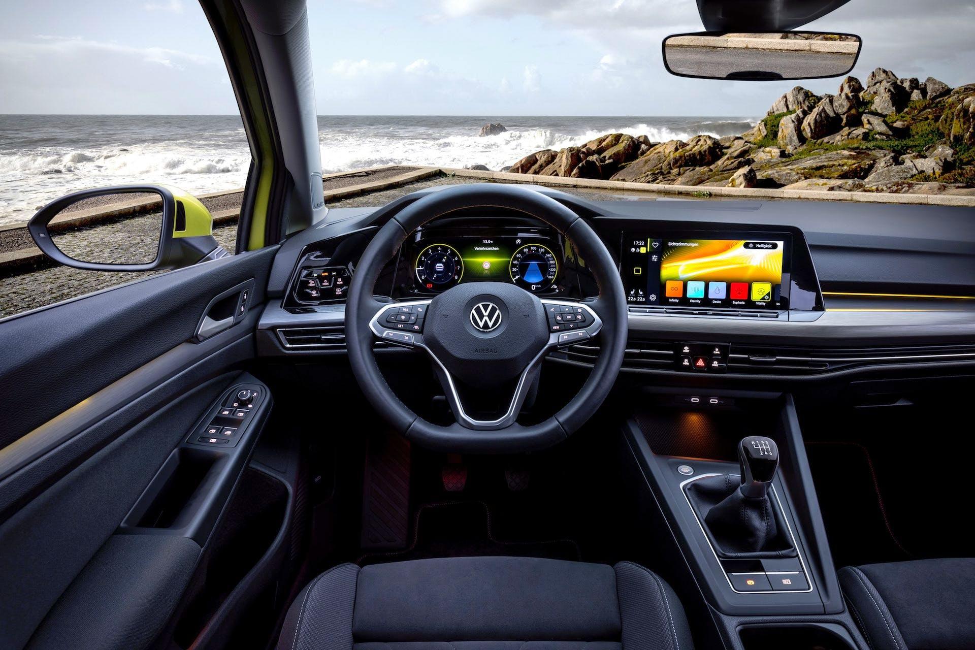 Vista centrale dell'abitacolo della nuova Volkswagen Golf 8. Dalla portiera del guidatore al tunnel centrale.