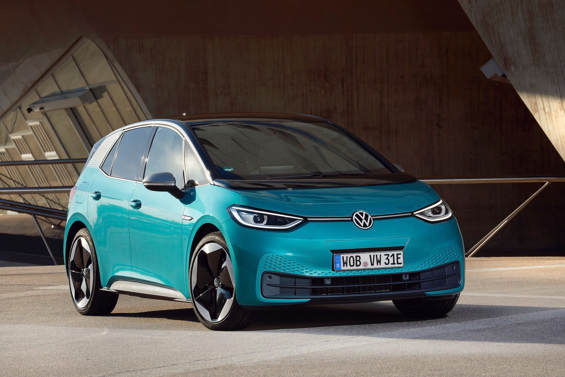 Volkswagen ID3 - 100% elettrica - in colorazione azzurro parcheggiata sulla banchina di un porto vista anteriormente per intero