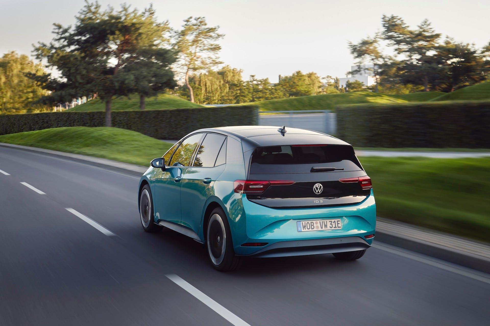 Volkswagen ID.3 - 100% elettrica - in colorazione azzurra in movimento su strada asfaltata e vista posteriormente