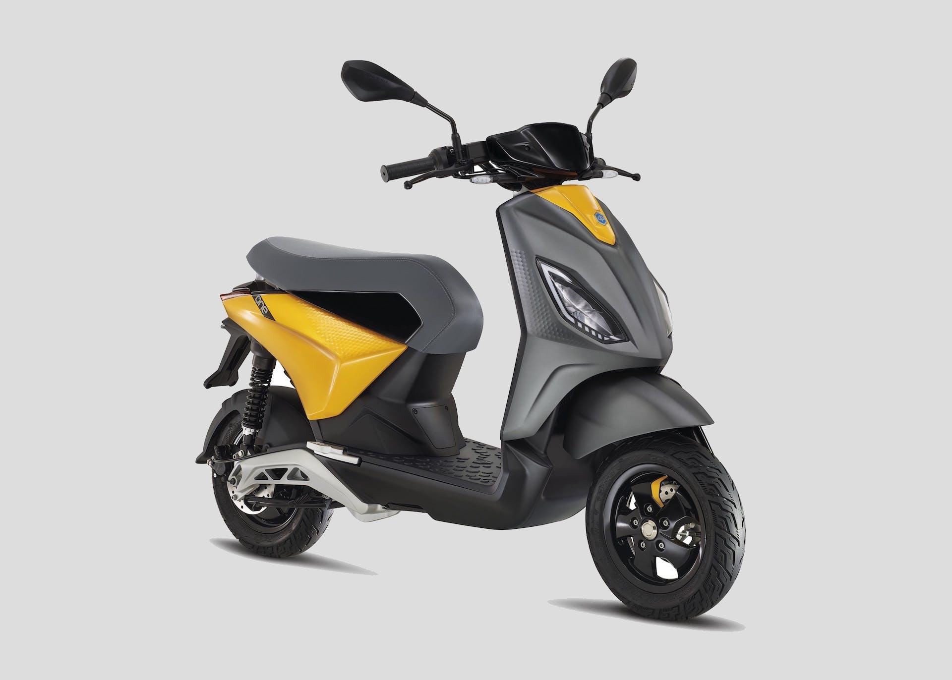 Scooter elettrico Piaggio One di colore giallo e grigio scuro