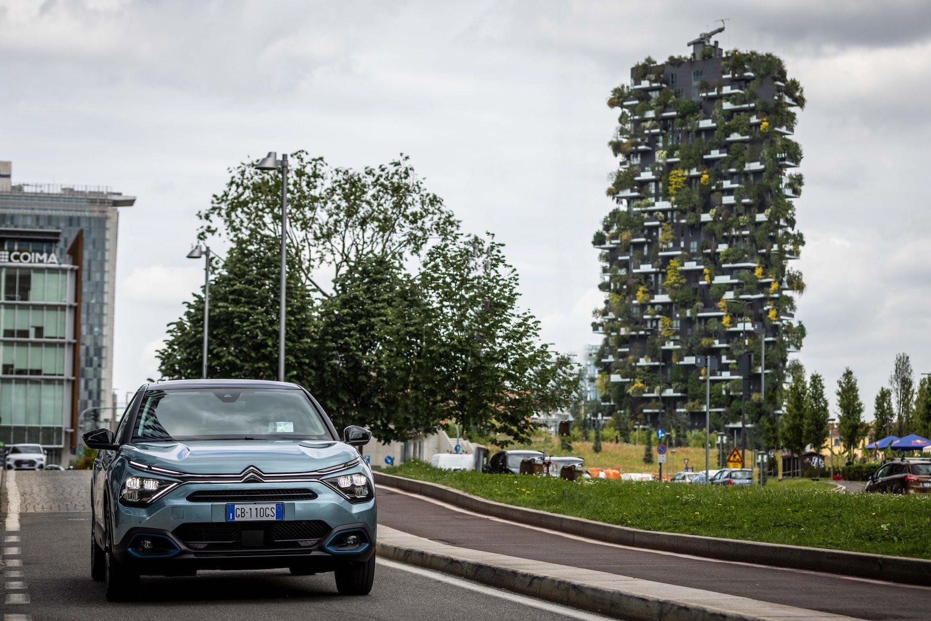 Citroën ë-C4 vista frontalmente su percorso cittadino