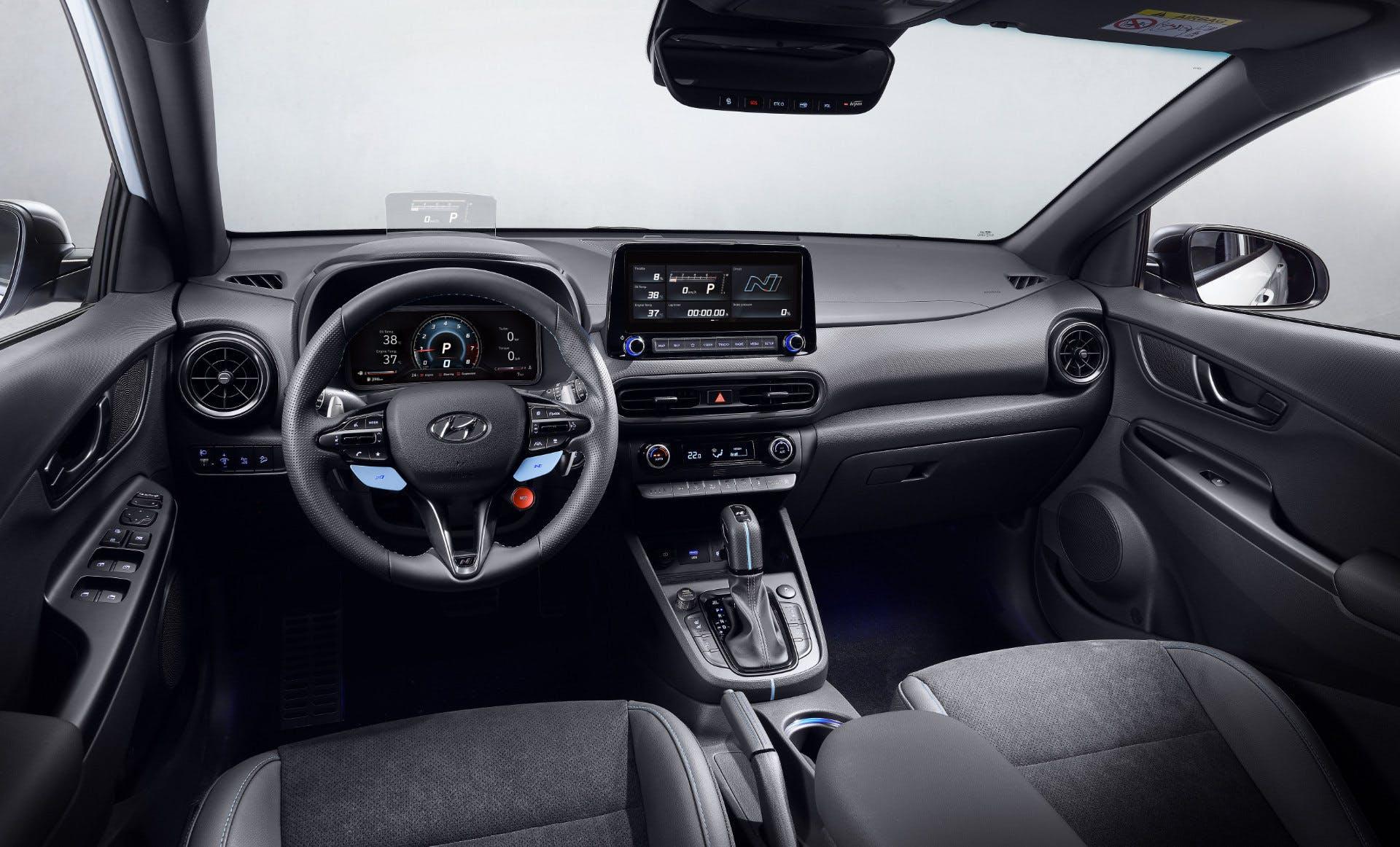 Visuale della plancia, volante e infotainment di Hyundai Kona N Line