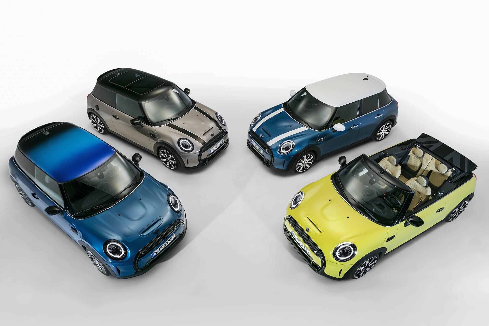 Nuove Mini Cooper S 3 porte, S 5 porte, S cabrio ed elettrica SE riprese dall'alto su sfondo bianco