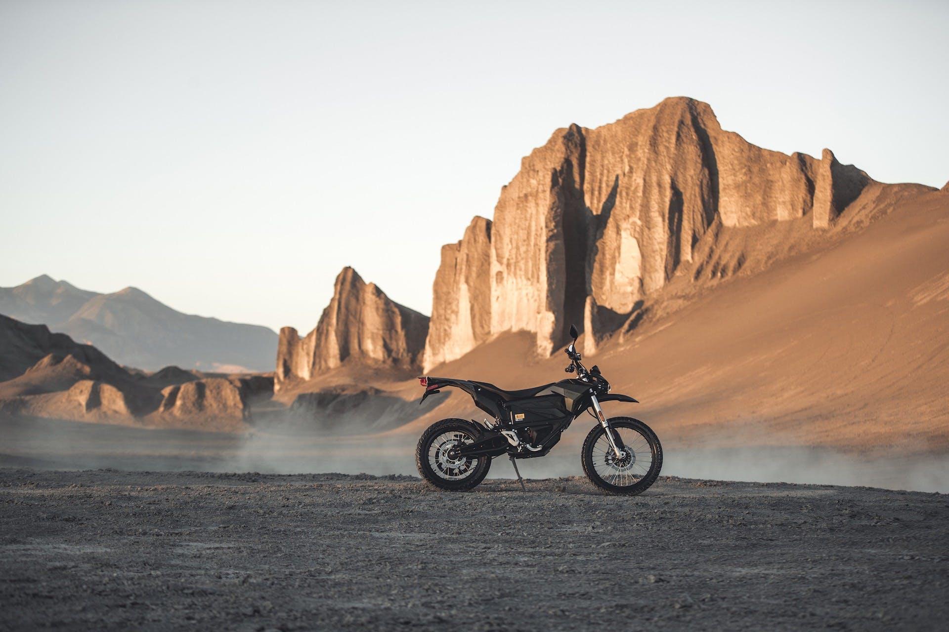 Moto elettrica Zero Motorcylces FX su cavalletto. Deserto roccioso sullo sfondo