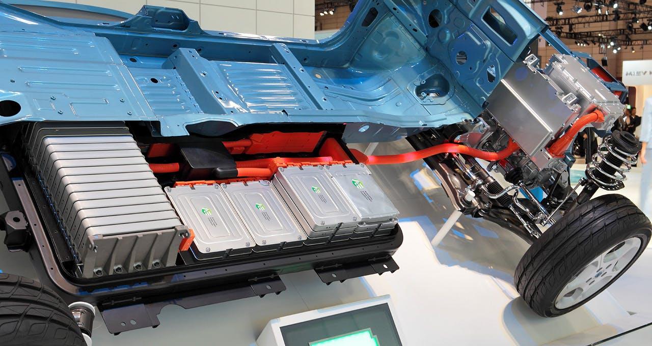 Spaccato della scocca di Nissan Leaf con pacco batterie in vista