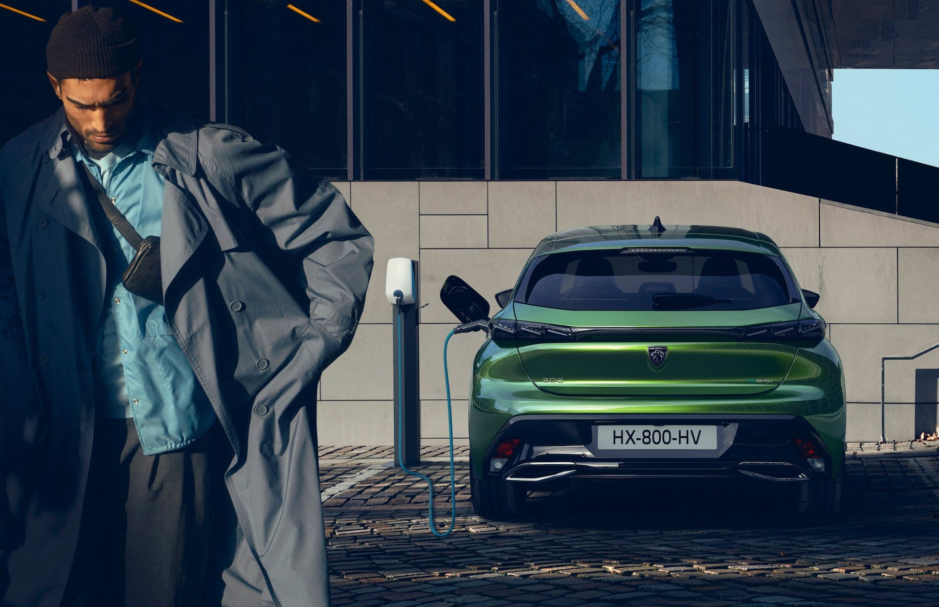 Nuova Peugeot 308, terza generazione, parcheggiata in ricarica tramite colonnina