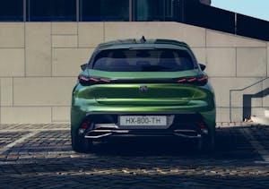 Nuova Peugeot 308, terza generazione 2021, ripresa posteriormente, parcheggiata in ambiente cittadino