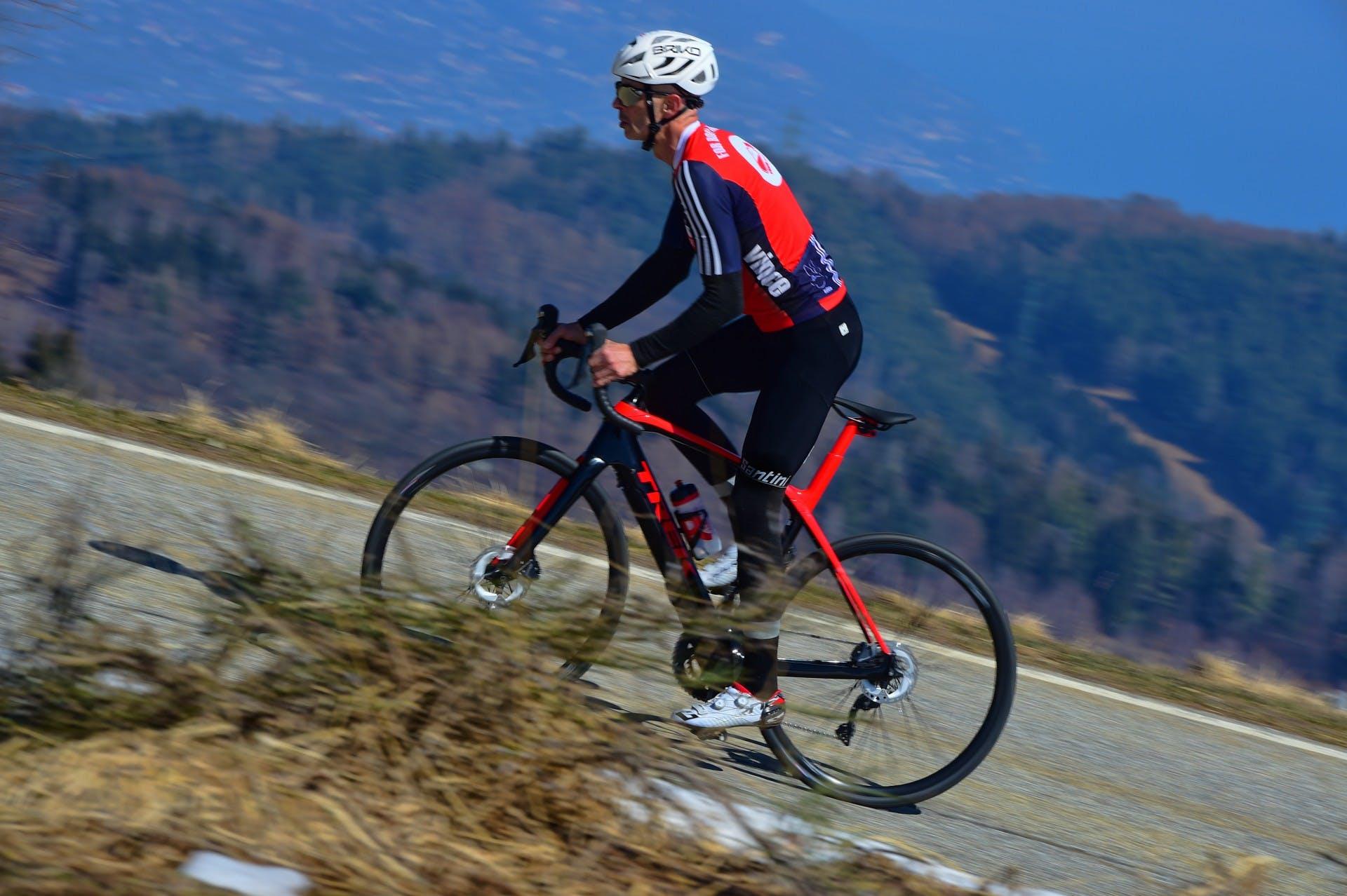 bici elettrica trek Domane+ LT foto in azione in salita