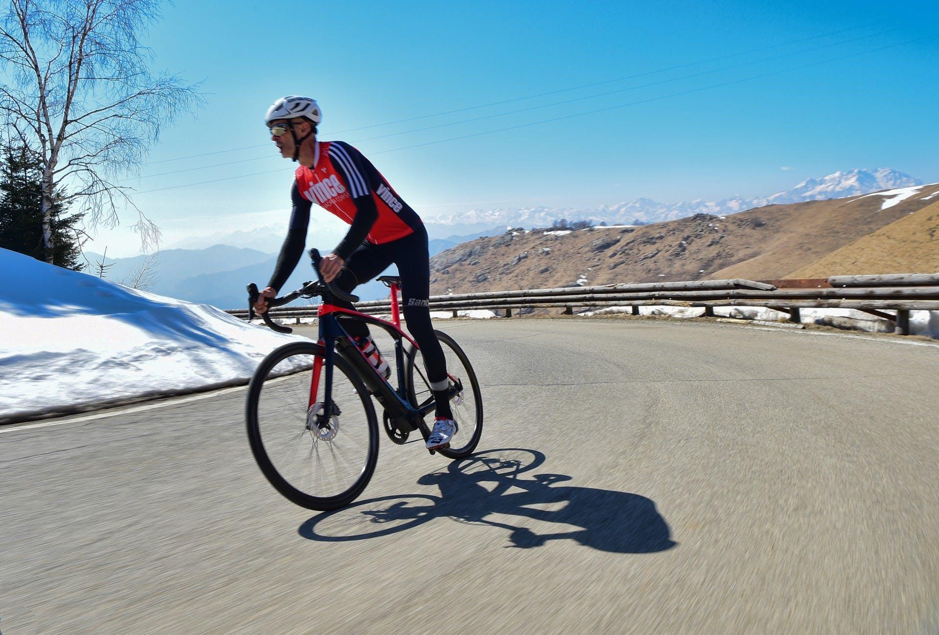 bici elettrica trek Domane+ LT foto in azione su tornante