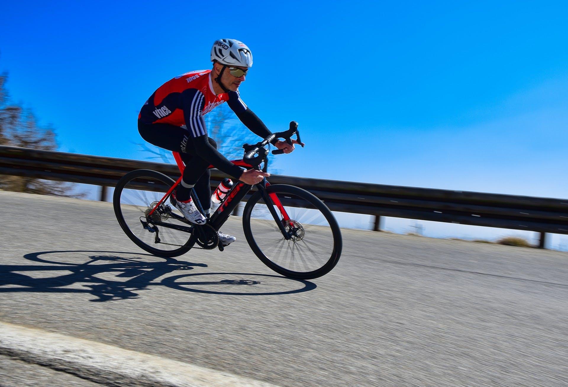 bici elettrica trek Domane+ LT foto in azione su tornante in discesa