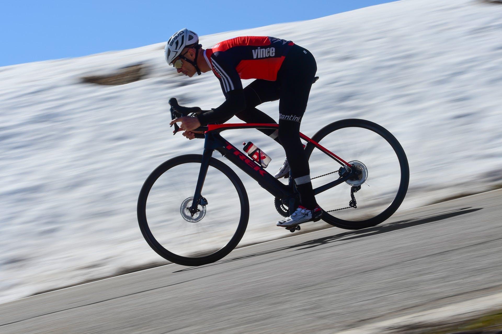 bici elettrica trek Domane+ LT foto in azione con sfondo neve