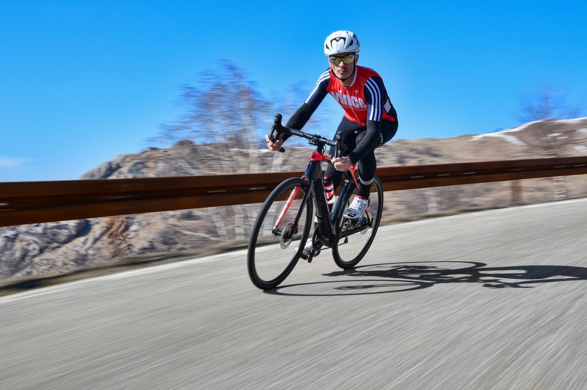 bici elettrica trek Domane+ LT foto in azione in discesa