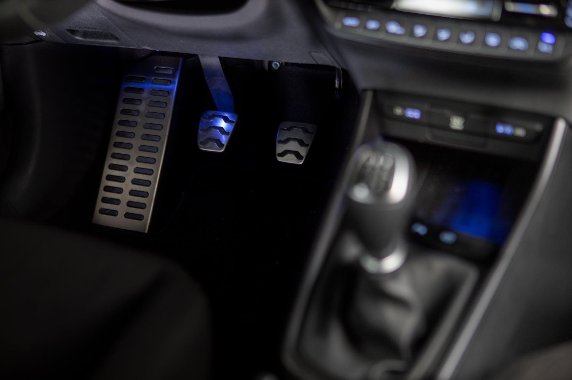Dettaglio di pedaliera e cambio (manuale) di Hyundai Bayon