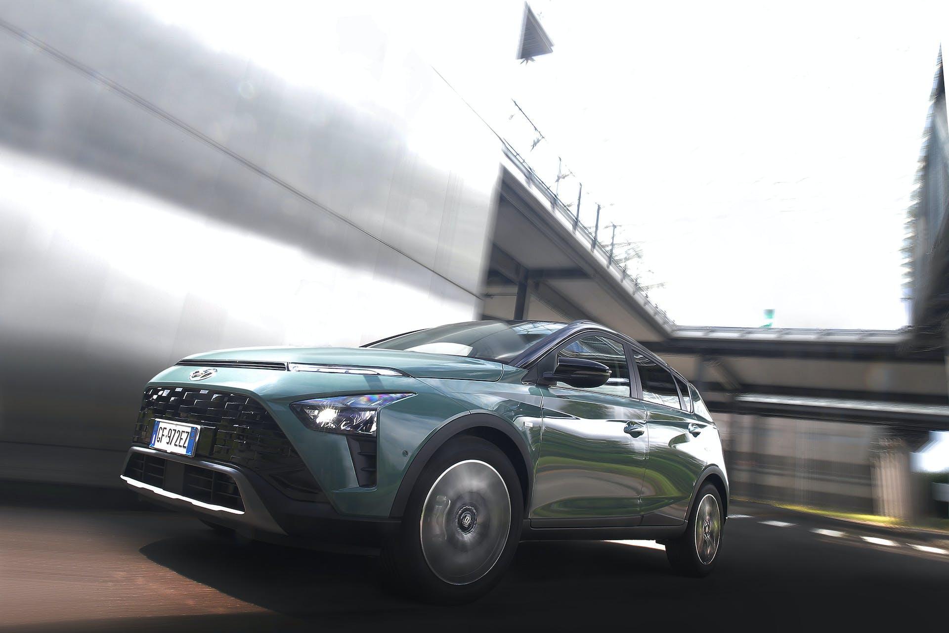 Ripresa bassa anteriore di Hyundai Bayon in movimento