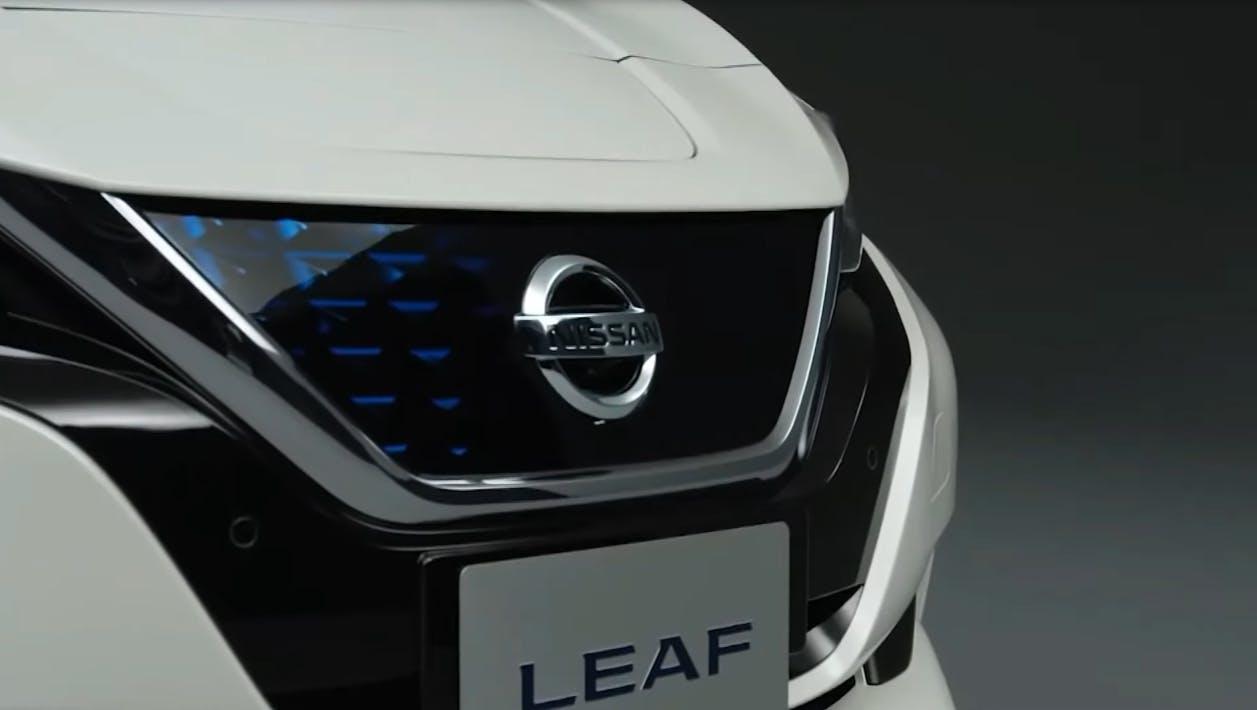 Nissan Leaf mascherina frontale con focus su logo Nissan