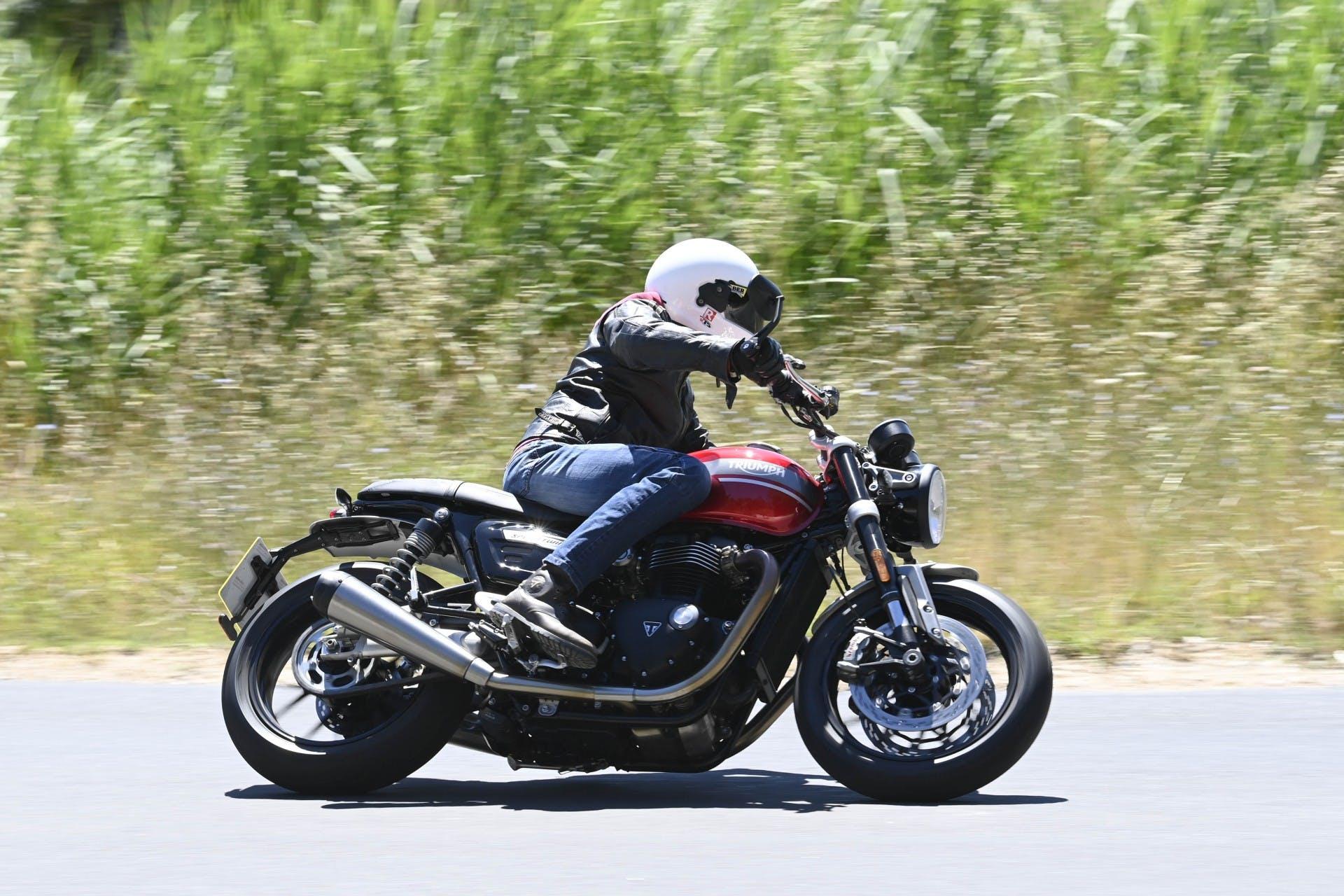 Triumph Speed Twin 2021 foto movimento laterale in curva