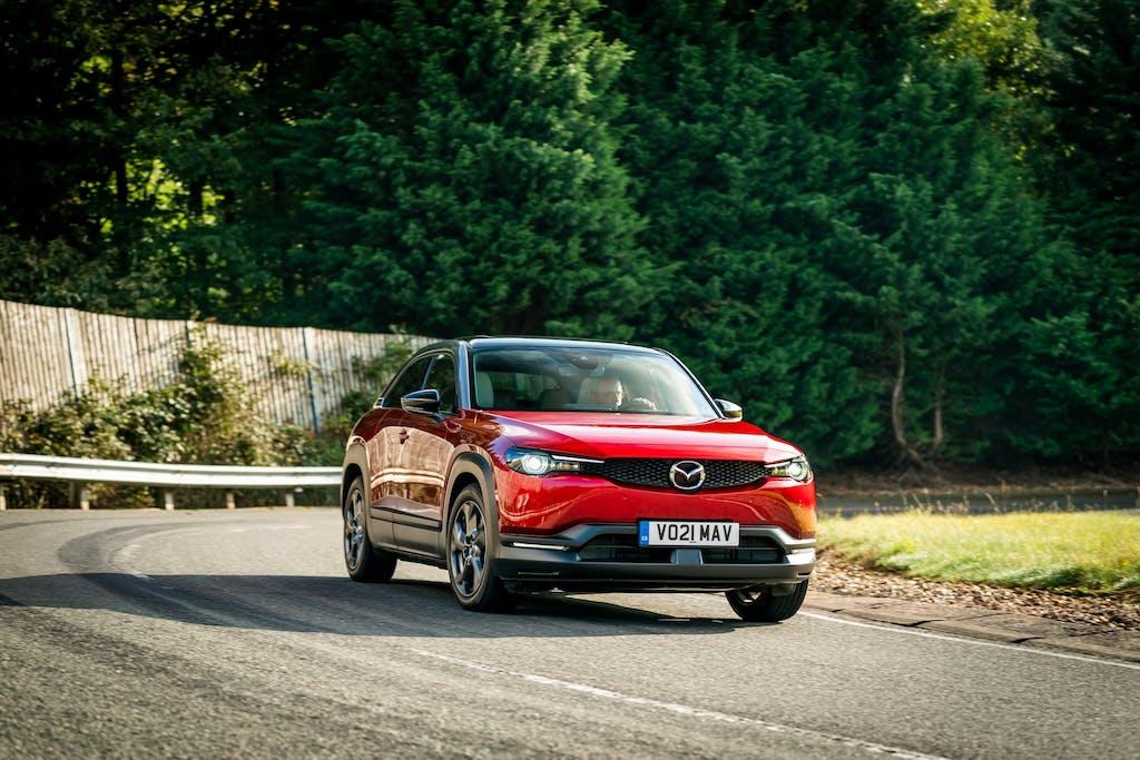 Mazda MX-30 - dinamica tre quarti anteriore in curva