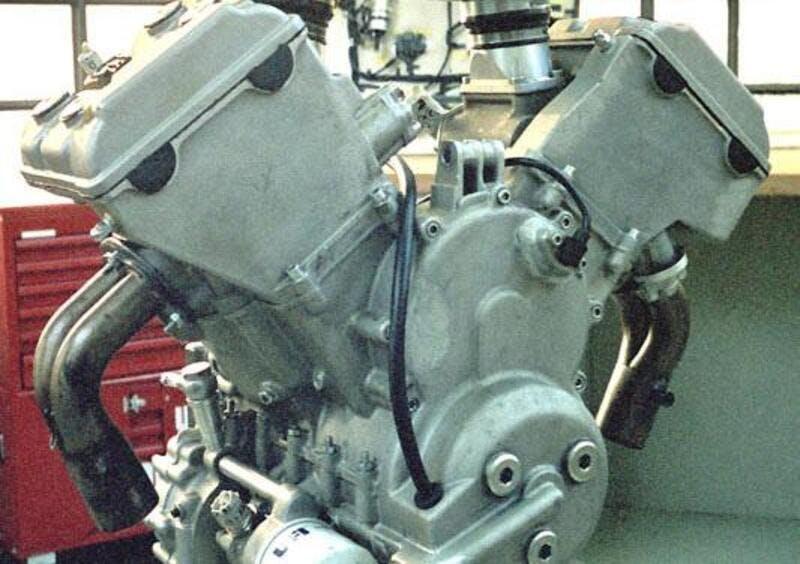 Motore VA-10 Moto Guzzi raffreddato a liquido anni '90