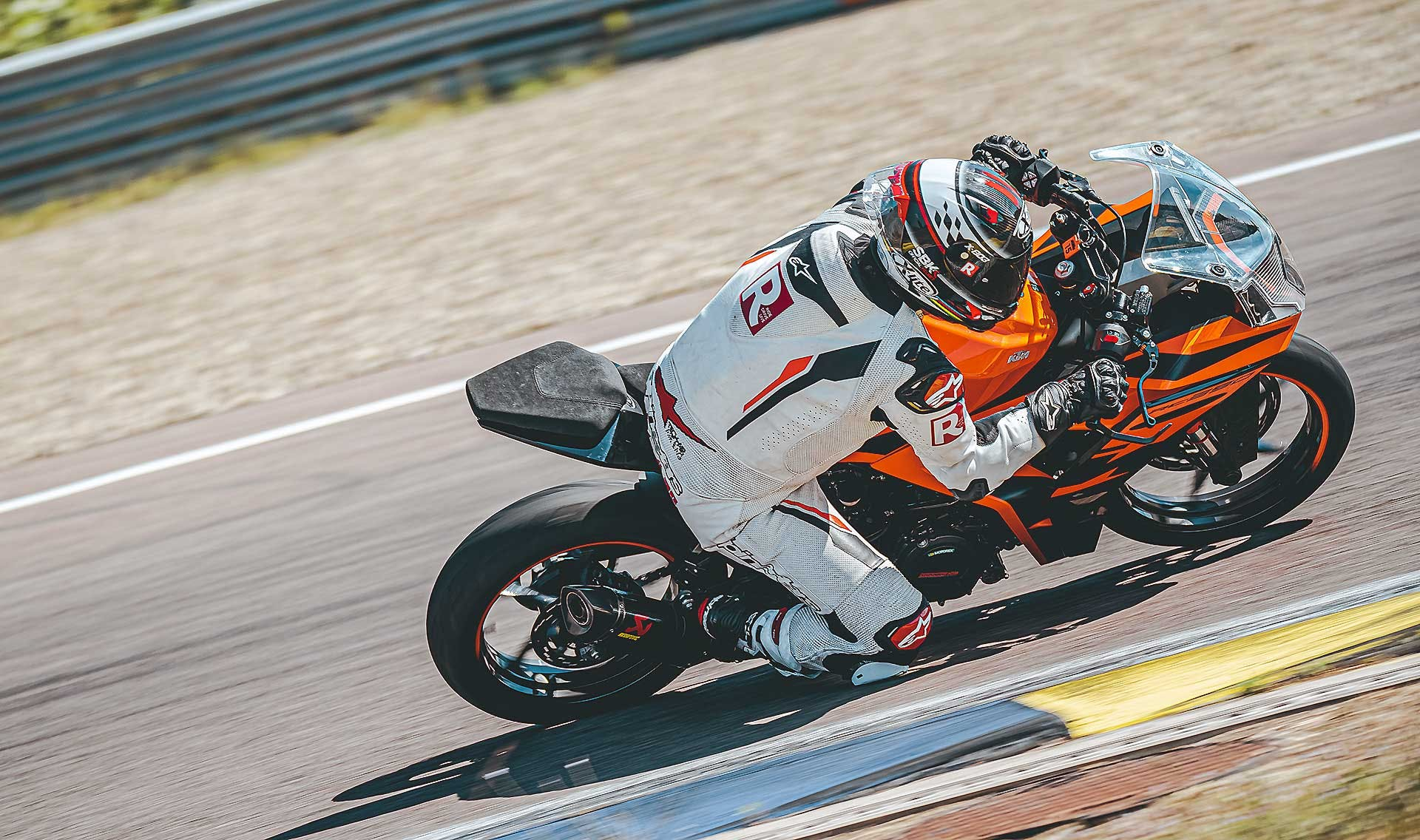 KTM RC 390 2022 in pista a Modena