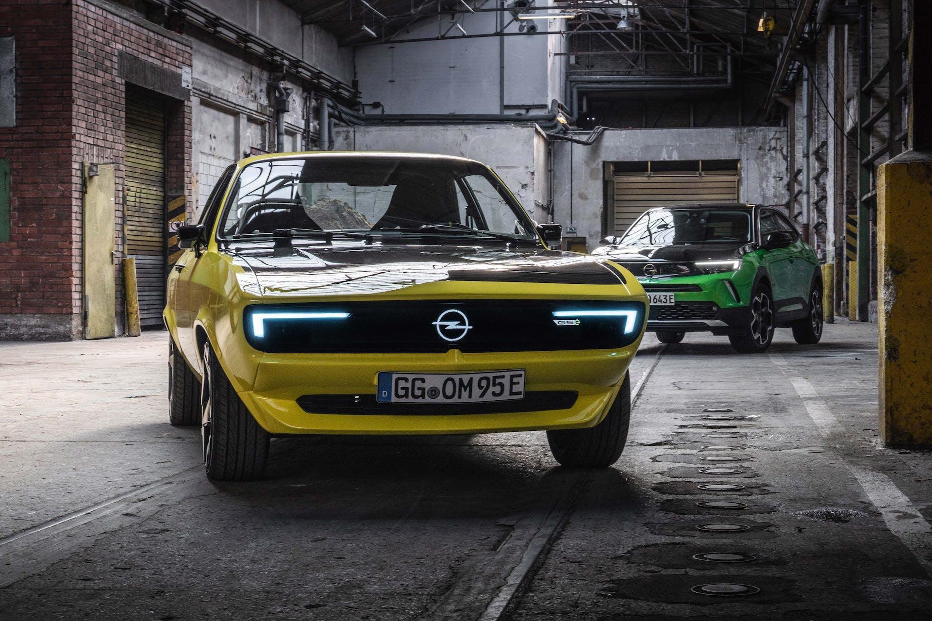 Opel Manta GSe - statica anteriore con Opel Mokka-e sullo sfondo