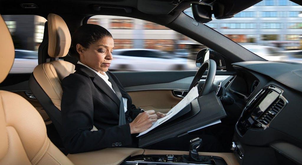 Auto a guida autonoma lavoro businesswoman